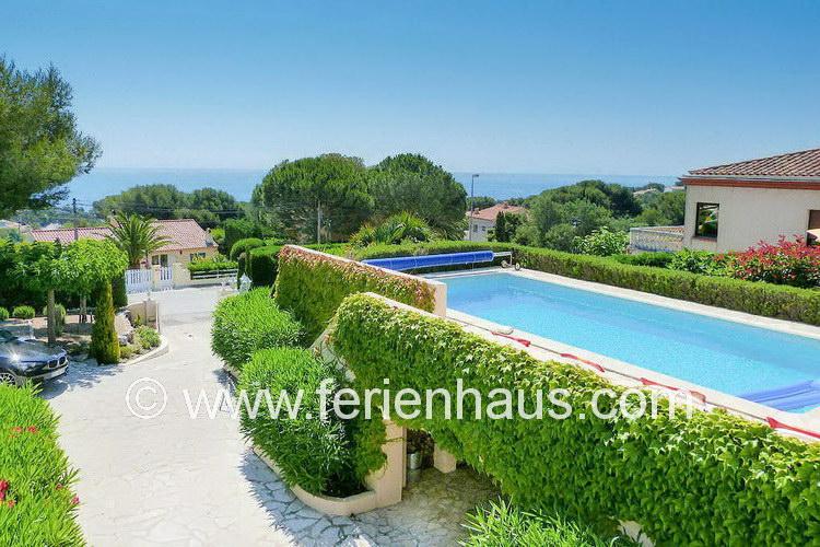 die Auffahrt zum Ferienhaus an der Côte d'Azur in Südfrankreich