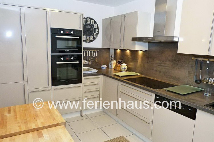 Moderne Küche im Ferienhaus in St. Aygulf in Südfrankreich in Strandnähe und mit Meerblick