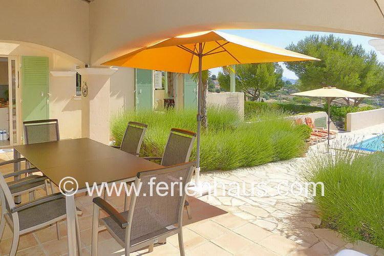 Überdachte Terrasse mit Meerblick am Ferienhaus in Südfrankreich