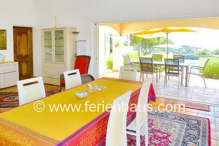 Eßbereich und Terrasse mit Meerblick im Ferienhaus in St. Aygulf in Südfrankreich