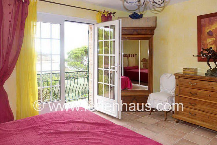 Schlafzimmer mit Meerblick im Ferienhaus mit Pool, Südfrankreich