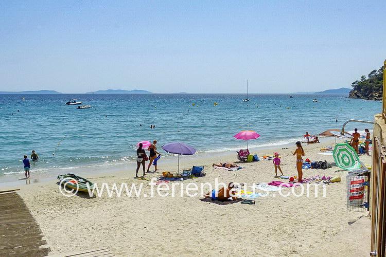 der Strand von Le Rayol Canadel, mit sauberem Wasser und Dusche