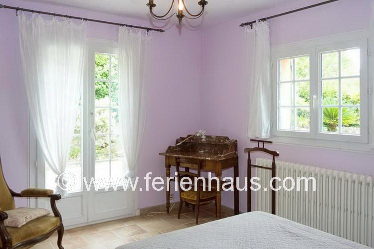 Schlafzimmer im Erdgeschoß, Richtung Pool, im Ferienhaus in Südfrankreich