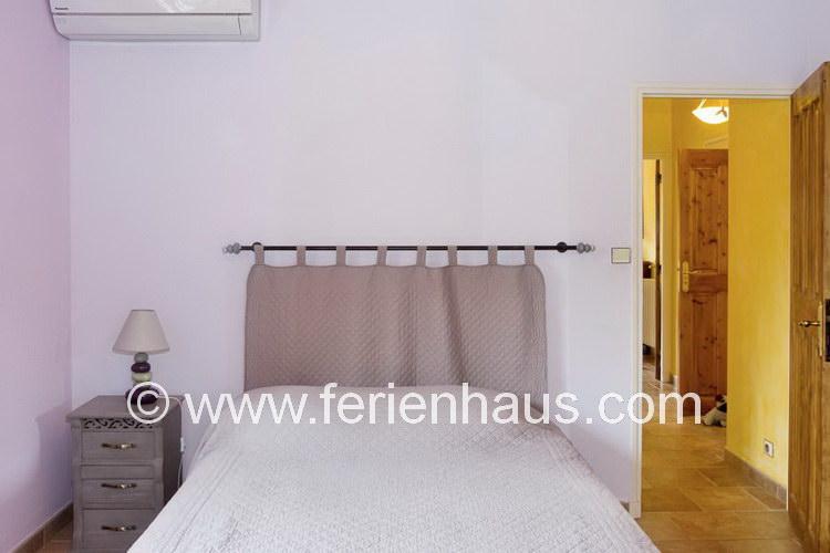 Schlafzimmer im Erdgeschoß im Ferienhaus mit Pool in Südfrankreich