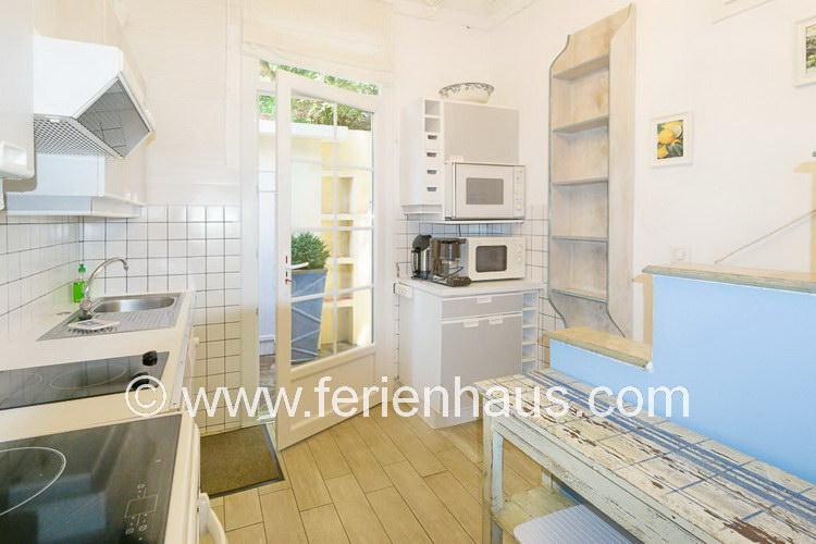 Separate Küche und Außendusche auf der Rückseite des Ferienhauses in Le Rayol Canadel