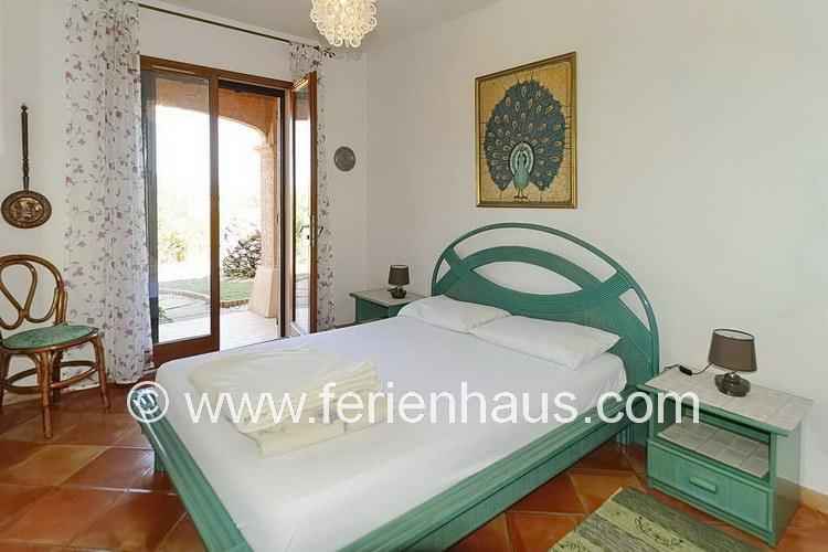 Schlafzimmer im Erdgeschoß der Villa mit Pool auf Giens in Südfrankreich