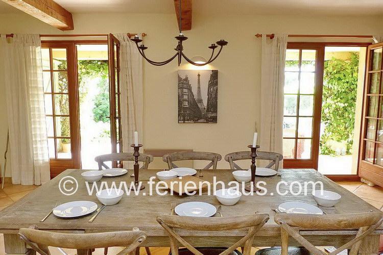 Eßtisch im Ferienhaus mit Pool in Südfrankreich