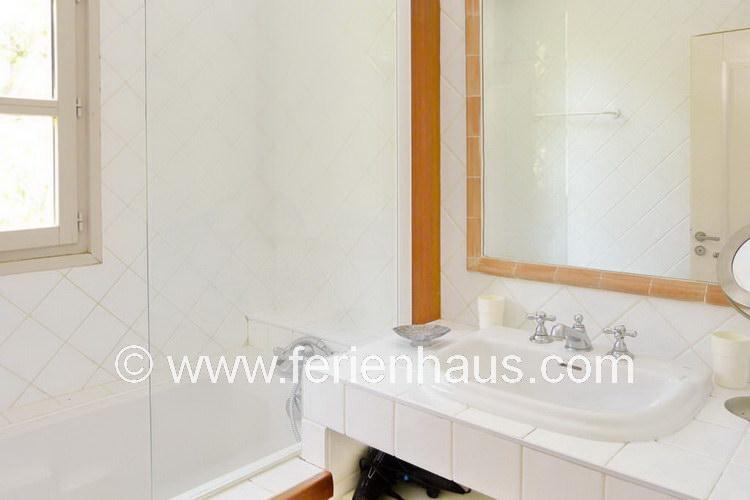 Bad mit Wanne/Dusche im Obergeschoss des Ferienhauses in Le Rayol Canadel, Südfrankreich