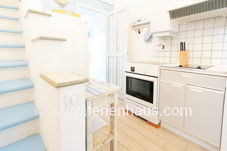 separate Küche und Treppe zu den Schlafzimmer im Obergeschoß des Ferienhauses in Le Rayol Canadel