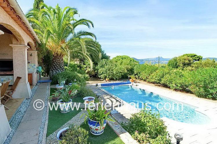 schöner Blik von der Villa mit Pool und Meerblick auf Giens, Südfrankreich