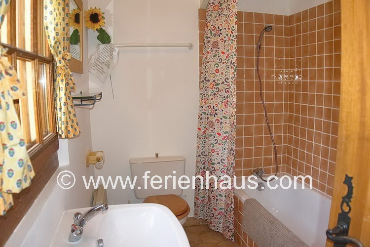 Bad mit Dusche und Wanne im Obergeschoß der Villa in Südfrankreich