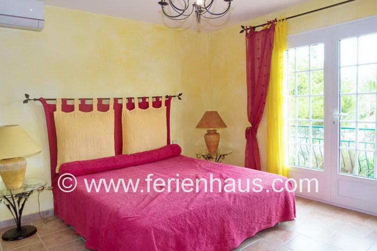 Schlafzimmer im Erdgeschoß mit Meerblick im Ferienhaus mit Pool, Südfrankreich