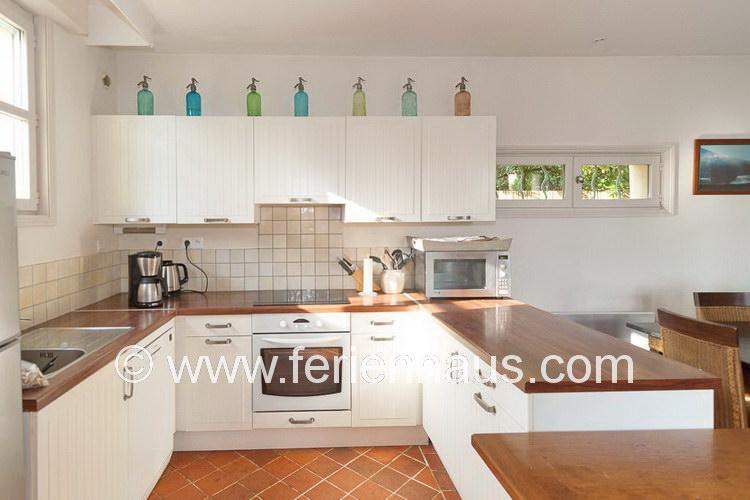 offene Küche im Ferienhaus am Strand in Südfrankreich