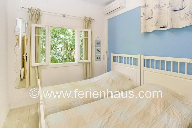 Schlafzimmer auf der Rückseite des Ferienhauses in Le Rayol Canadel, Südfrankreich