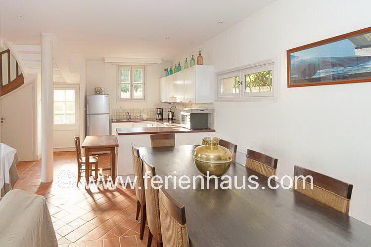 Wohn-Eßbereich mit offener Küche in Le Rayol Canadel, Côte d'Azur