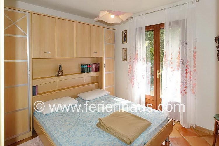 Schlafzimmer im Erdgeschoß der Villa mit Poola auf Giens in Südfrankreich