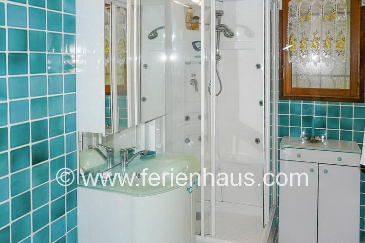 Bad im Obergeschoß der Villa mit Pool auf Giens, Südfrankreich