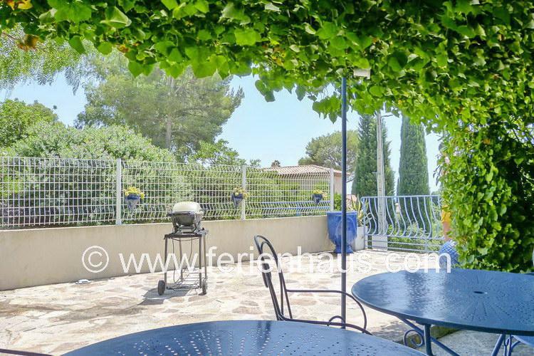 auf der Terrasse des Ferienhauses in Le Rayol Canadel, Südfrankreich