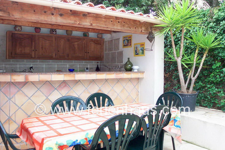 Außenküche hinter dem Ferienhaus am Strand in Südfrankreich