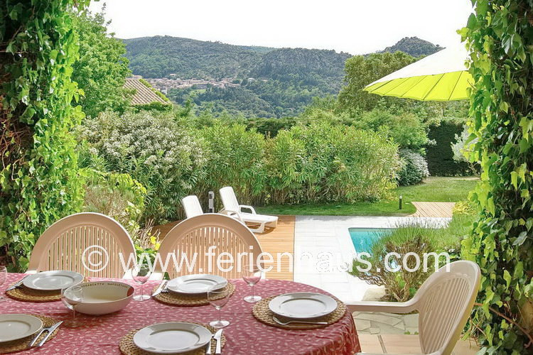 überdachte Terrasse mit Blick von der Villa in Südfrankreich