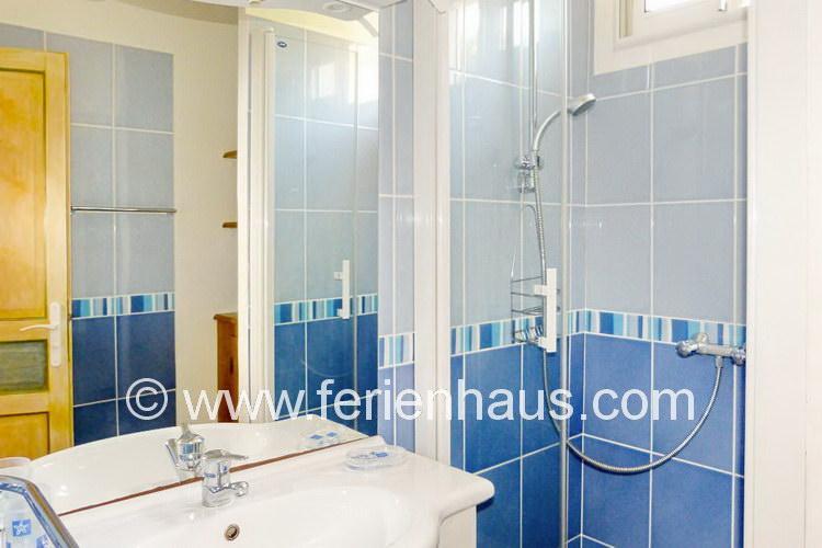 Bad mit Dusche im Obergeschoß des Ferienhauses in Le Rayol Canadel, Südfrankreich