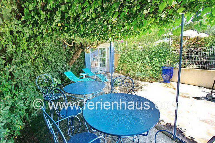 schattige Plätze auf der Terrasse des Ferienhauses in Le Rayol Canadel, Südfrankreich