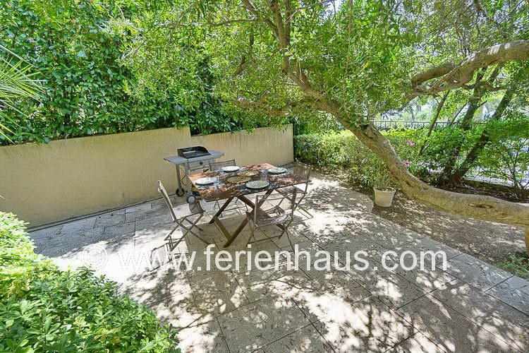 Sitzplatz im Garten des Ferienhauses in Le Rayol Canadel, Südfrankreich