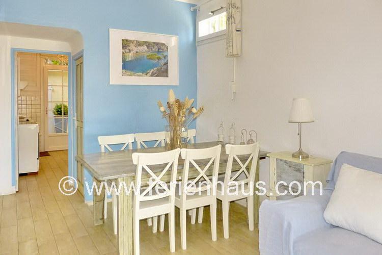 Wohn-Eßbereich und die separate Küche im Ferienhaus in Le Rayol Canadel, Südfrankreich
