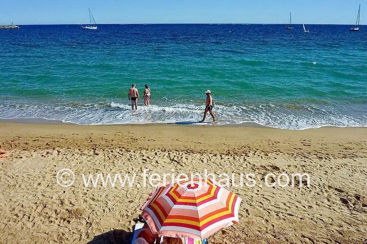 Strand bei den Ferienhäusern in Les Issambres am Golf von St. Tropez, Südfrankreich