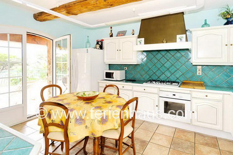 Separate Küche mit Ausgang auf zwei Terrasse im Ferienhaus am Strand, Südfrankreich