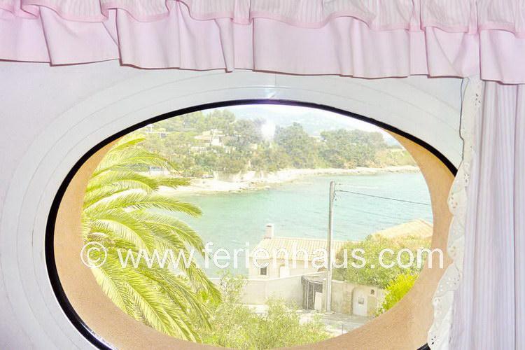 Blick vom Schlafzimmer im Obergeschoß aus dem Ferienhaus am Strand in Südfrankreich