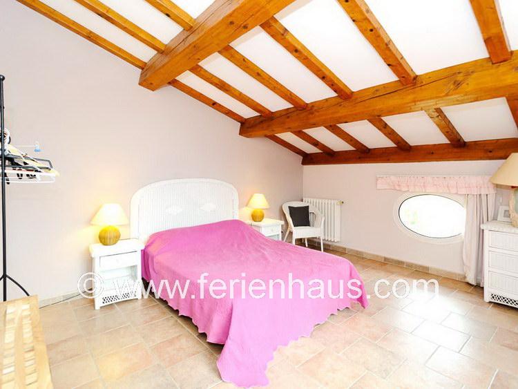Schlafzimmer im Obergeschoß, Meerblick und Balkon, im Ferienhaus in Südfrankreich