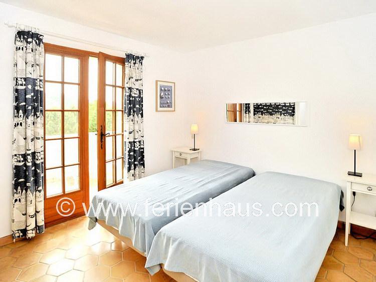 Schlafzimmer im Obergeschoß des Ferienhauses mit Pool in Südfrankreich