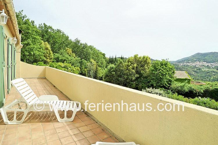 Terrasse vor den Schlafzimmern im Obergeschoss des Ferienhauses in Südfrankreich