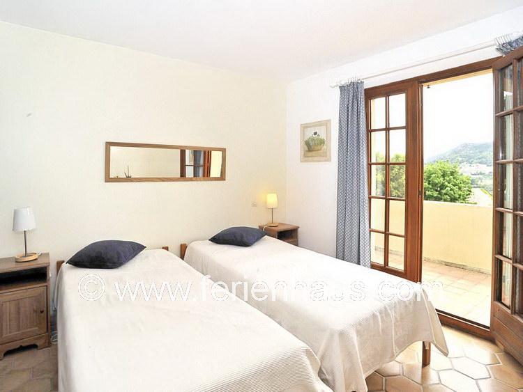 Schlafzimmer im Obergeschoss des Ferienhauses mit Pool in Südfrankreich