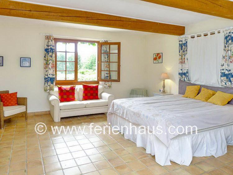Master-Schlafzimmer im Erdgeschoß mit Bad im Ferienhaus mit Pool in der Provence