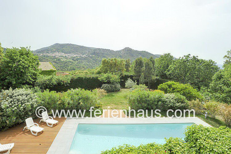 Blick nach La Garde Freinet von der Villa mit Pool in Südfrankreich