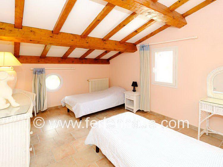 Schlafzimmer im Obergeschoß des Ferienhauses mit Meerblick in Südfrankreich