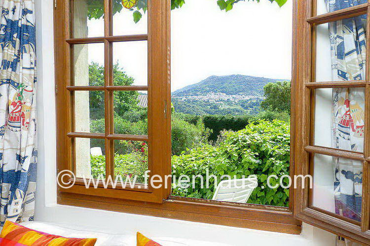 Blick auf La Garde Freinet vom Master-Schlafzimmer im Erdgeschoß der Villa in Südfrankreich