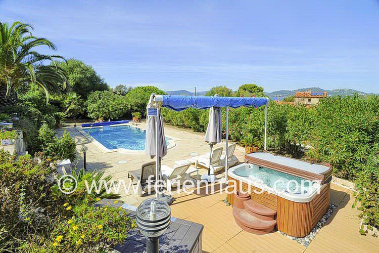 privater Swimmingpool und Jacuzzi der Villa auf Giens in Südfrankreich