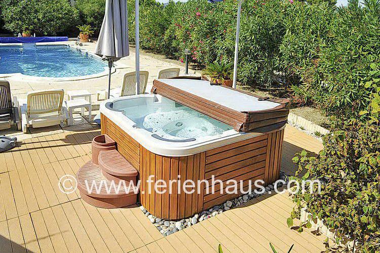 Jacuzzi bei der Villa mit Pool und Meerblick auf Giens, Südfrankreich