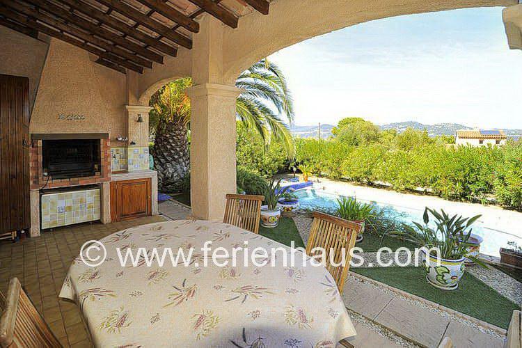 überdachte TGerrasse vor der Villa mit Pool auf Giens in Südfrankreich