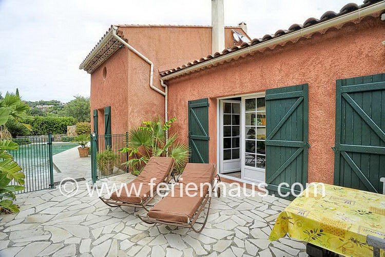 Rückseite des Ferienhauses am Strand mit Meerblick, Südfrankreich