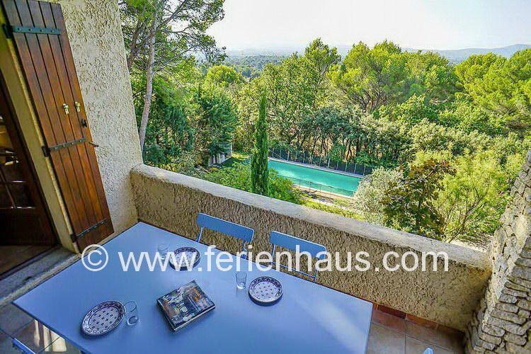Blick auf das Grundstück und den privatem Swimmingpool am Ferienhaus in Ménerbes