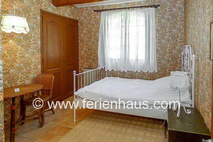 Schlafzimmer im Erdgeschoß des Ferienhauses in der Provence