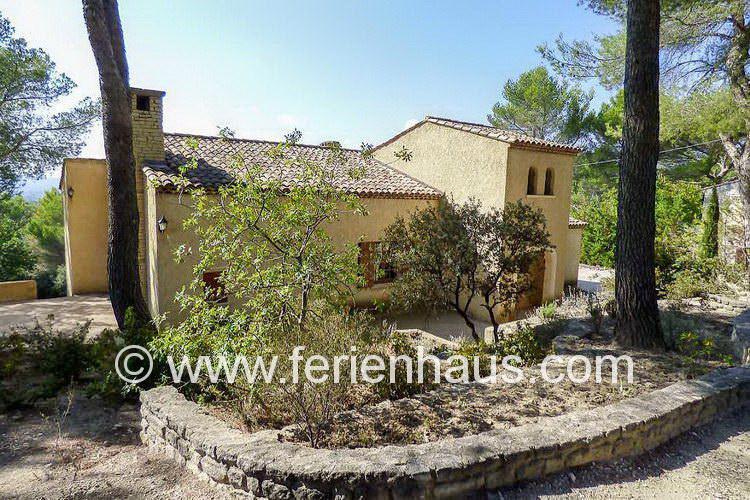 die private Zufahrt zum Ferienhaus in Mérindol in der Provence, Südfrankreich