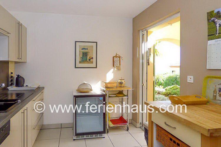 Küche mit Flaschenkühler im Ferienhaus in Südfrankreich