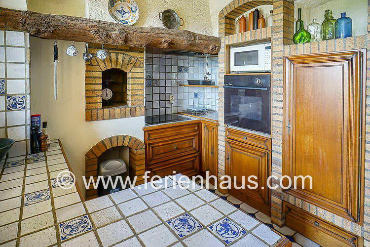 die Küche im Ferienhaus mit Pool in der Provence, nebenan gleich die überdachte Terrasse