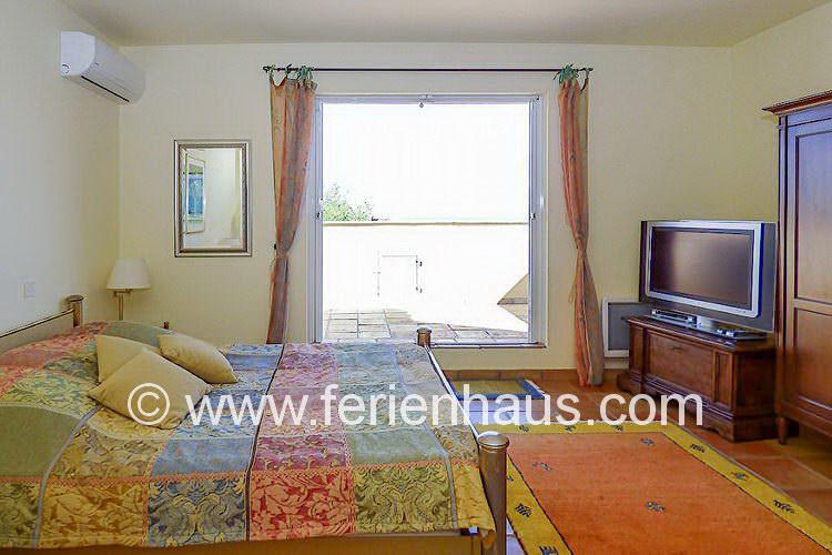 Schlafzimmer im Obergeschoß mit Balkon und Meerblick in der Villa in Südfrankreich