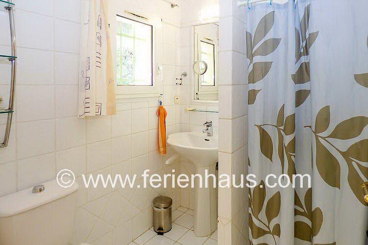 Bad mit Dusche im Schlafzimmer in der Villa mit Pool in Südfrankreich